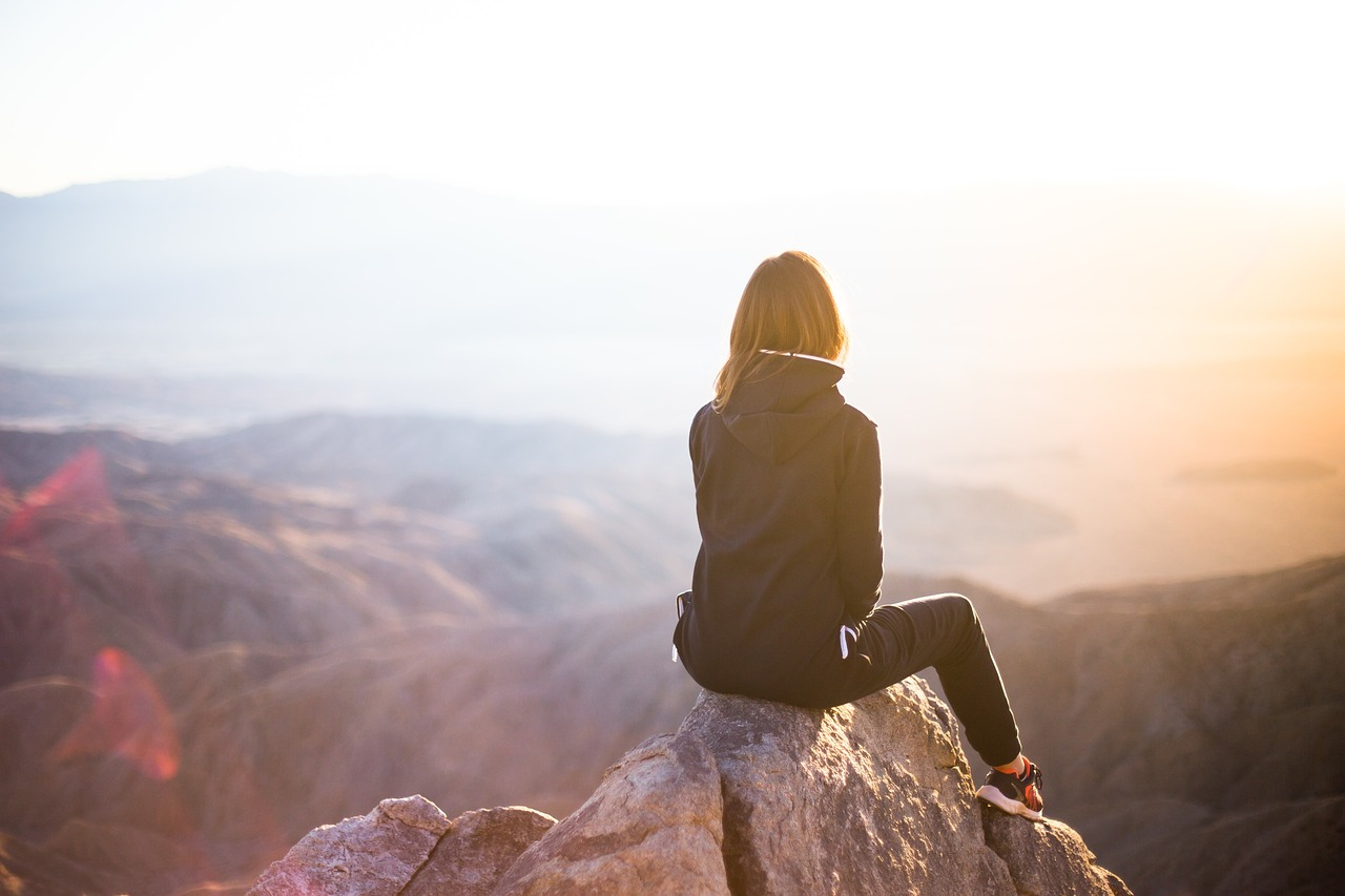 谷を見つめる女