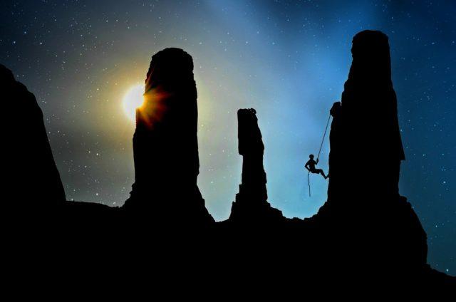 岩を登る人