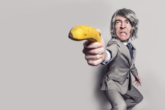 バナナを銃のように構える男