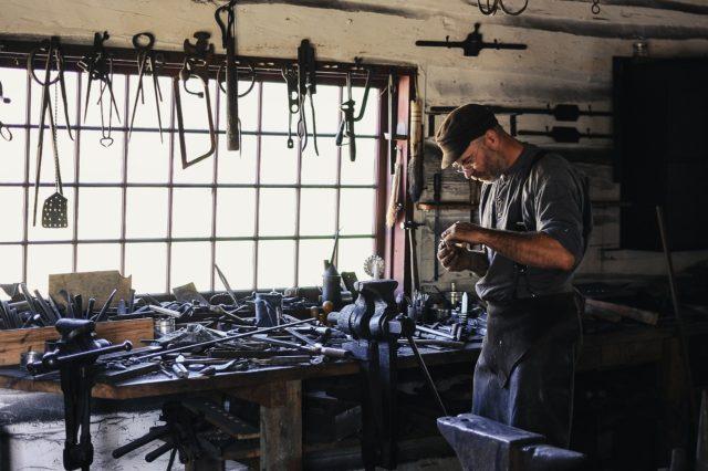 工房で作業する人