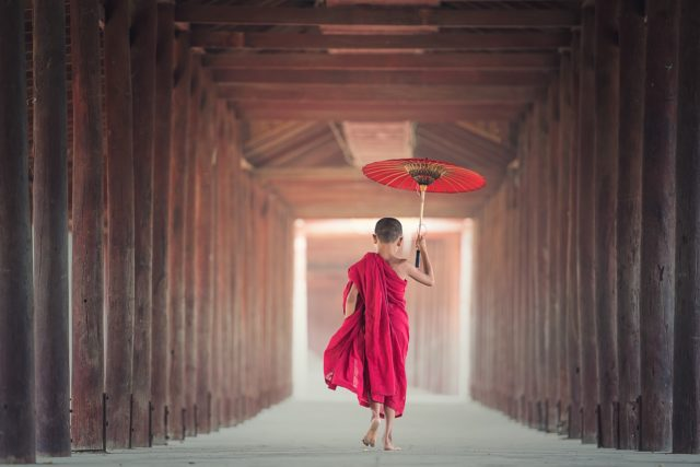傘をさす少年僧