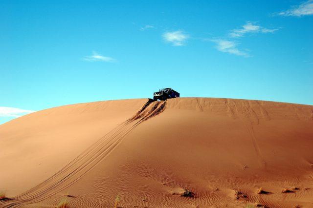 砂漠で倒れている人