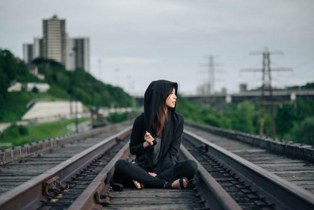 線路に座る女