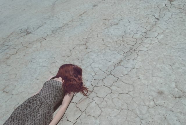 倒れている女