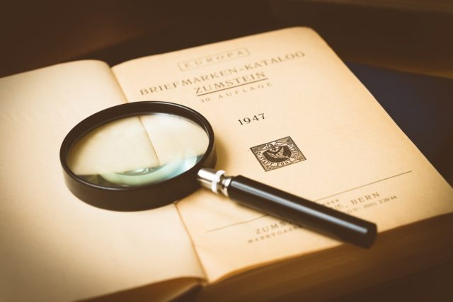 本の上に置かれた虫眼鏡
